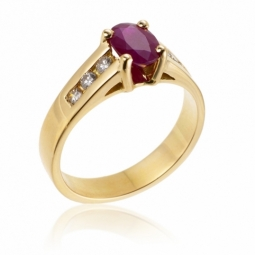 Bague en or jaune, rubis et diamants