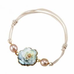 Bracelet en or jaune et cordon, motif fleur laque et perles de cultures