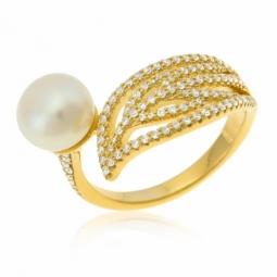 Bague en argent doré, perle de culture et  oxydes de zirconium